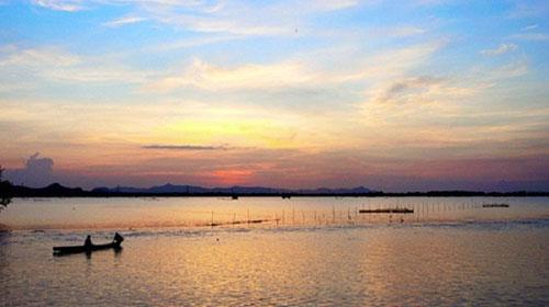 HCMC-Sunset-at-Bung-Binh-Thien-Fresh-Lake-Guide-to-travel-Southwest-Vietnam-in-flooding-season